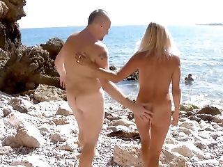анальный секс, на пляже, блондинки, минет, Cowgirl, трахает, хардкор, мамочка, два мужчины, одна женщина, натуральные сиськи,